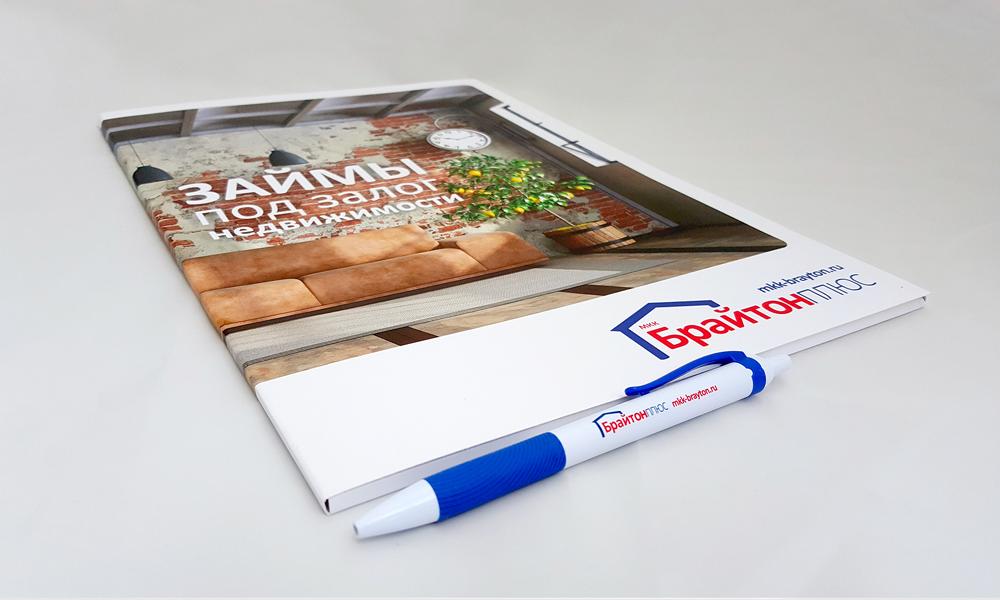 Дизайн и производство самосборных фирменных папок и фирменных ручек с нанесением логотипа для микрофинансовой организации